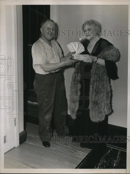 1935 Press Photo Mrs. Oliver Harriman awards the $20,000 to William Krebs - Historic Images