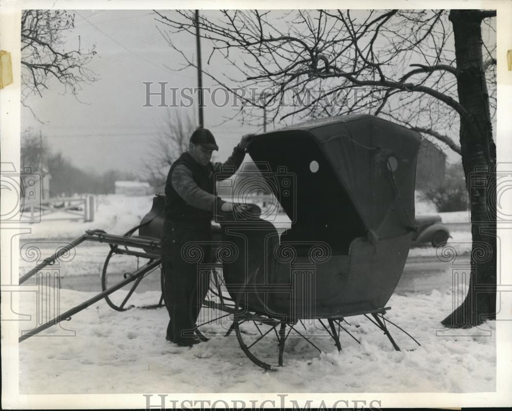 1942 Press Photo Nick Nero rents out sleighs, cab cutter, Cleveland Ohio - Historic Images