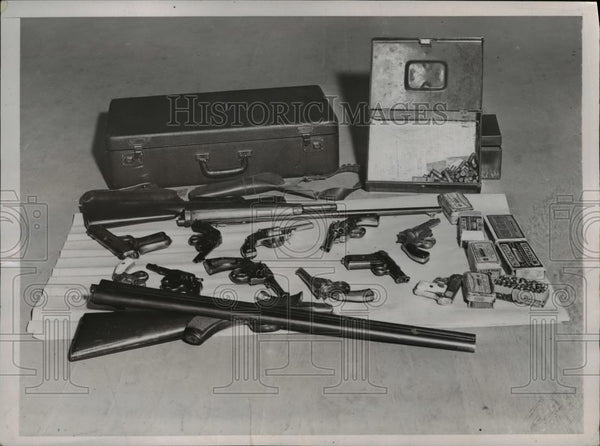 1935 Press Photo Weapons seized from Cleveland Ohio suspects - Historic Images