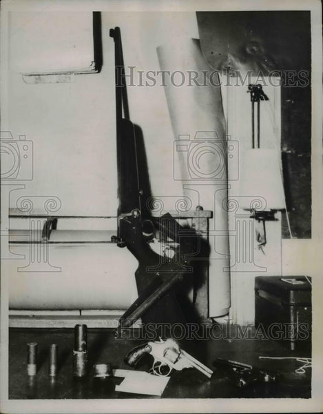 1937 Press Photo Weapons Confiscated During Charles Mattson Manhunt, Seattle - Historic Images