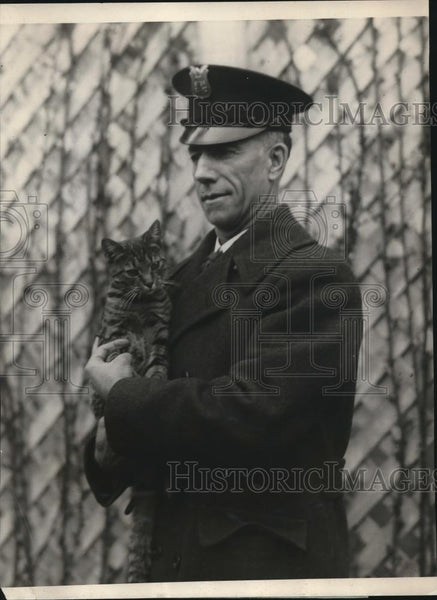 1924 Press Photo Officer Benjamin C. Frink holding Tiga, The White House feline - Historic Images