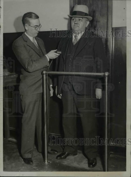 1934 Press Photo The inspecting of the prisoners with a wall plate - nee16508 - Historic Images