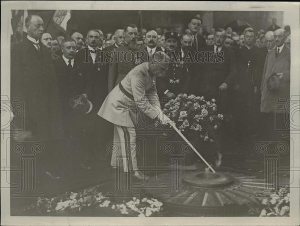 1927 Press Photo General Pater Rekindling flame at unknown soldiers grave, Paris - Historic Images