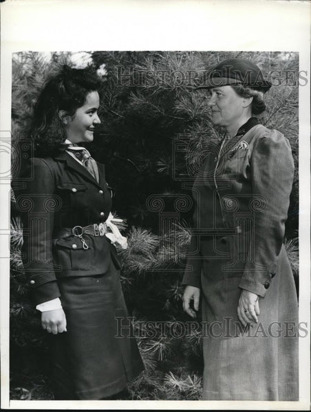 1941 Press Photo Irma Acuna greeted by Mrs. Garry Hough Jr. in Camp Bonnie Brae - Historic Images
