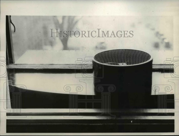 1930 Press Photo Silencer device prevents noise from entering room - Historic Images