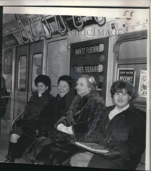 1966 Press Photo a happy group of subway riders - Historic Images