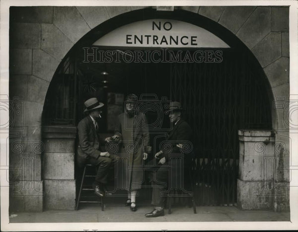 1926 Press Photo Charing Cross Underground station regular staff on strike - Historic Images