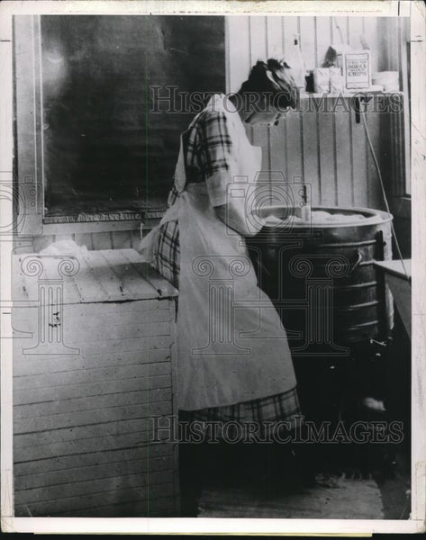 1921 Press Photo Woman operating washing machine - Historic Images