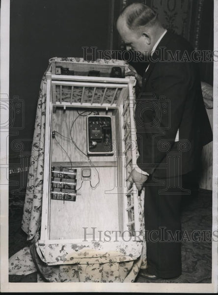 1934 Press Photo Baby Crib with Infrared Light Unit held by J.E. Karnys - Historic Images