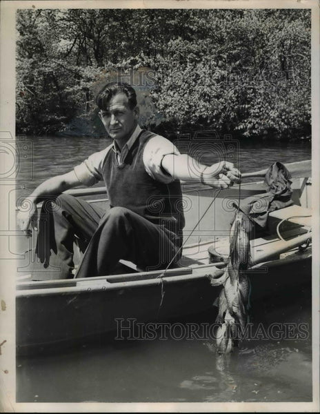 1925 Press Photo R.H. Perry of Bath with crappies caught at Hinckley Lake - Historic Images