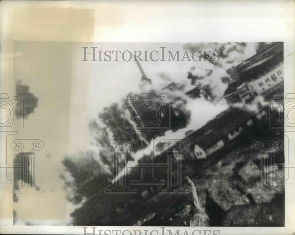 1942 Press Photo Dense smoke arise from the blasted Philips Radio Tube factory - Historic Images