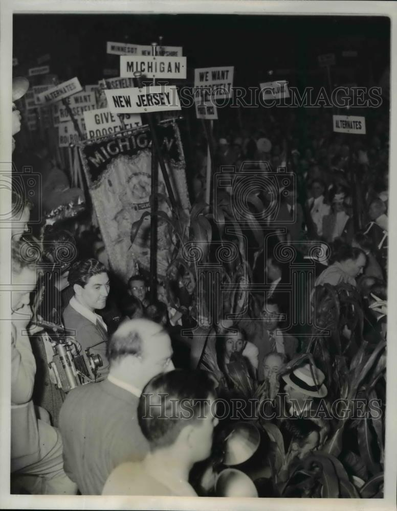 1940 Press Photo Parade of people outside the Democratic Convention Hall Chicago - Historic Images