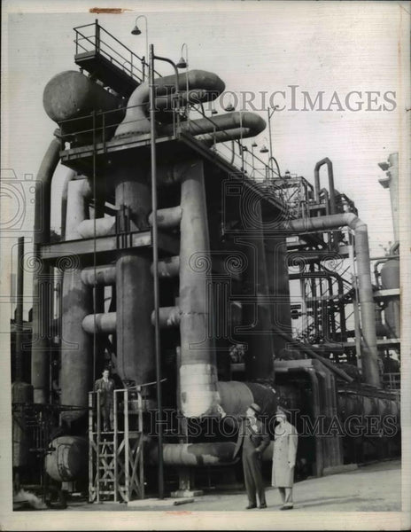 1943 Press Photo K.B. Harmon and R.C. Follis looks over new Tuoluene plant - Historic Images