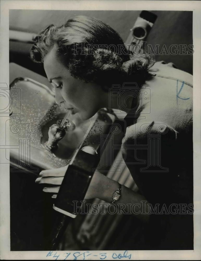 1940 Press Photo Electric Water Fountain By Leaning In - Historic Images
