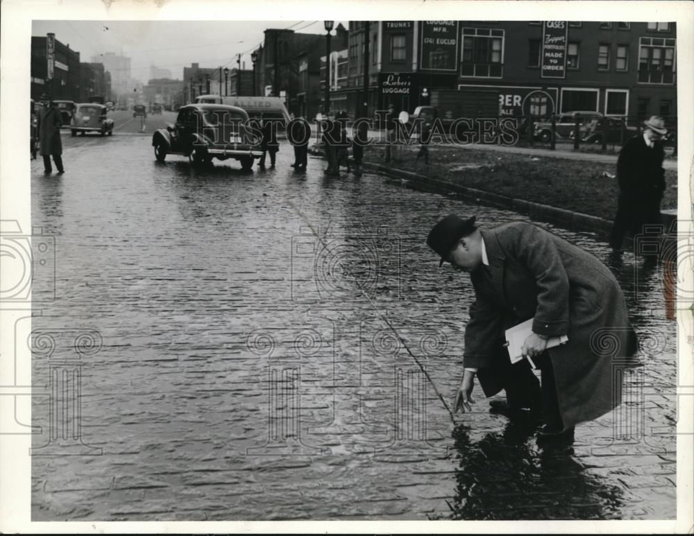 1939 Press Photo Peolple in a flooded street, Brick, Superior E 36 - Historic Images