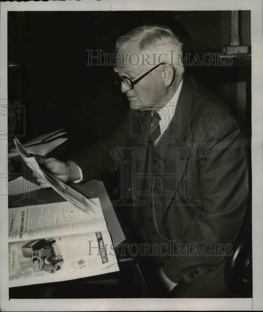 1940 Press Photo Garner Reading Presidential Message From Washington To Finland. - Historic Images