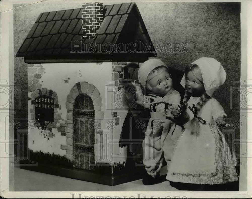 1932 Press Photo Dolls And Doll House - Historic Images