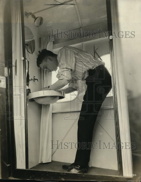 1921 Press Photo Lawson Liner ship and man shaves in tiny bath - Historic Images