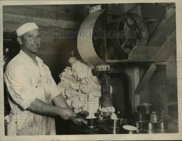 1926 Press Photo Earnest Ratto filling butter - Historic Images