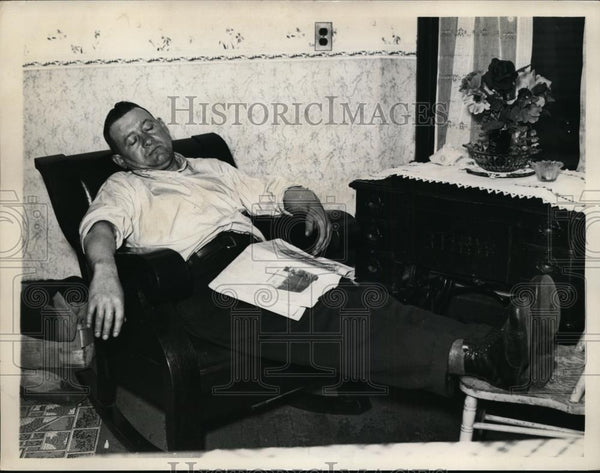 1927 Press Photo Vincent Lakota asleep at home. Steel Mills are closed. - Historic Images