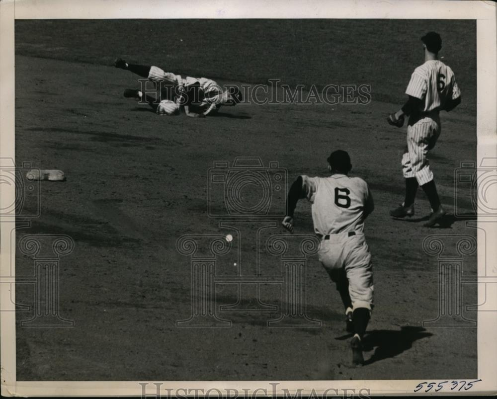 1940 Press Photo Yankee SS Frank Crosetti catches Tiger ball P Higgins,J Gordon - Historic Images