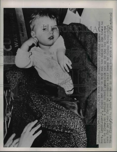 1952 Press Photo Lynda Dyer Age 2 at Red Cross Shelter Due to Floods La Crosse - Historic Images