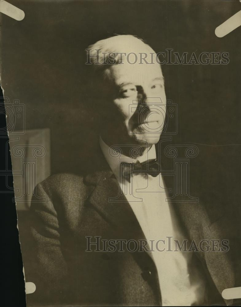 1925 Press Photo Charles H Dennis poses in his business suit - Historic Images
