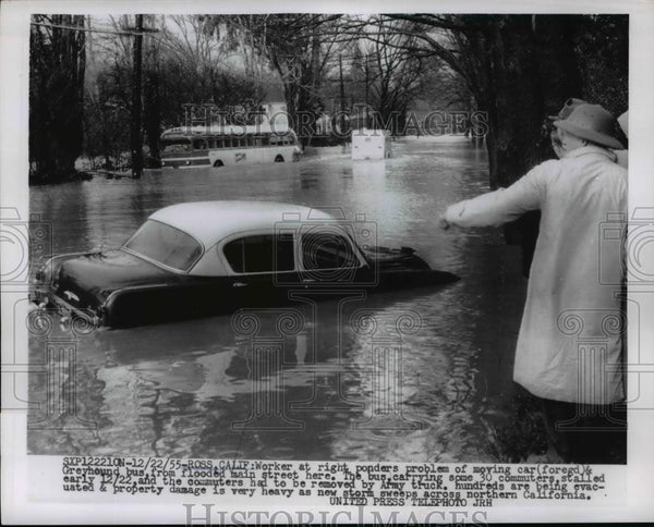 1955 Press Photo Ross California worker & bus & car caught in floods - Historic Images