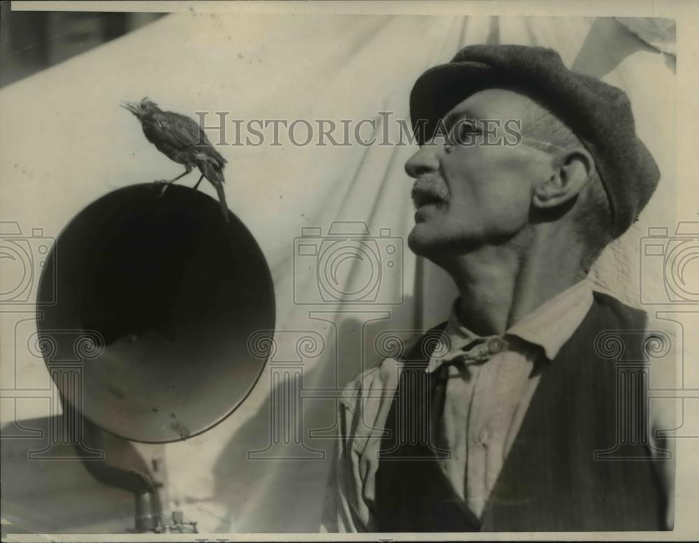 1923 Press Photo Thomas Smith & his Pet Robin Enjoying Radio Speaker - Historic Images