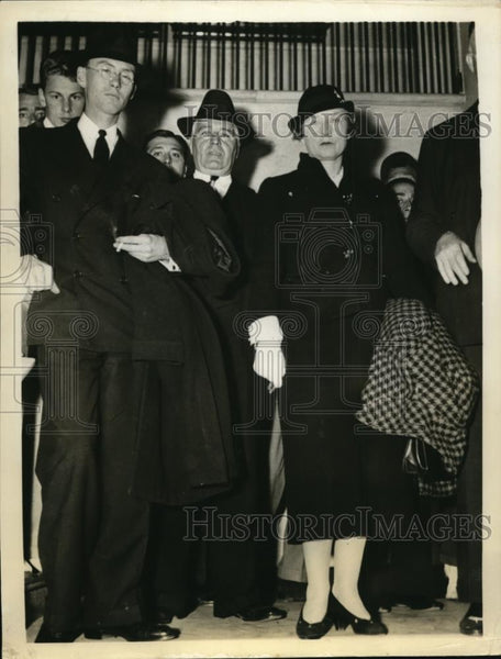 1935 Press Photo Henry Rogers Jr. and mother at Evelyn Hoey inquest trials. - Historic Images