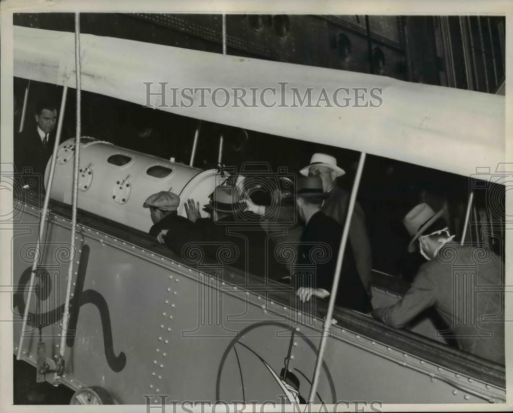 1939 Press Photo Fred Snite Jr. main in Iron lung abroad to the Ship. - Historic Images
