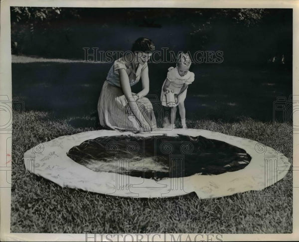 1953 Press Photo A mother and daughter put away the summer swimming hole - Historic Images