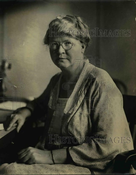 1924 Press Photo Doctor Louise Stanley at her desk - Historic Images