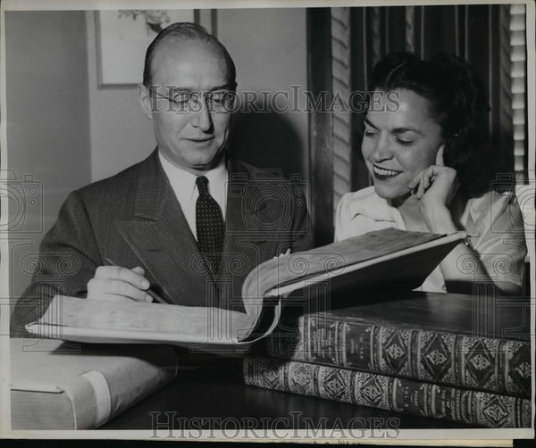 1945 Press Photo Mr. Krieger And Miss Grace Peterson At Library - nee85332 - Historic Images