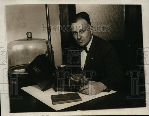 1929 Press Photo HB Hendrickson Bureau of Standards & instument for a flight - Historic Images