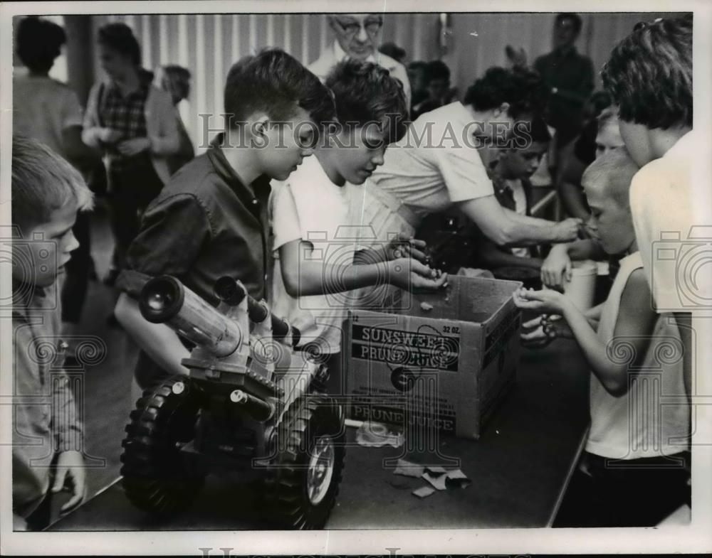 1965 Press Photo Kids At A Fish Bowl Drawing For Prizes Cleveland Show