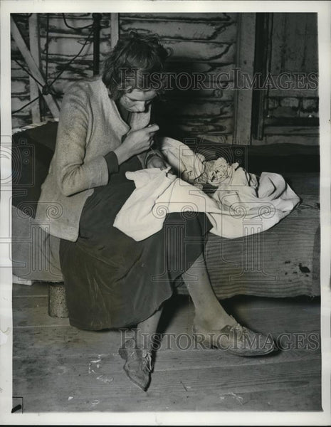 1937 Press Photo Charecropper wife patching clothes of husband - cva82771 - Historic Images
