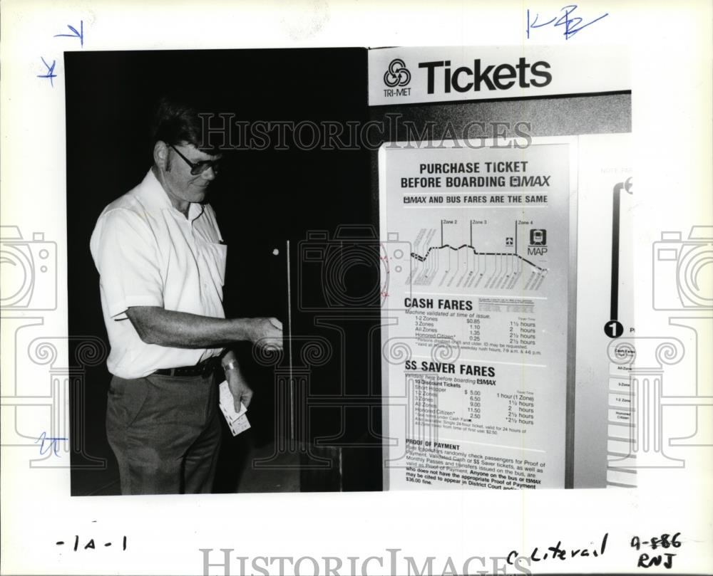 1986 Press Photo Scott Duncan-ticket from Light rail Transit-Cleveland  Station