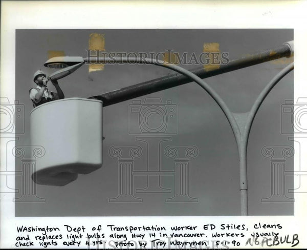 1990 Press Photo Ed Stiles-Washington Dept of Transportation fixes street light - Historic Images