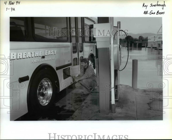 1994 Press Photo Oregon Rogur Valley Transportation District Bus Gassing Up - Historic Images