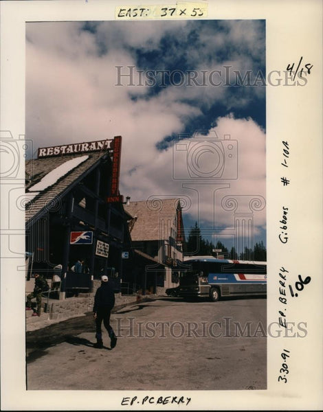 1991 Press Photo Greyhound bus to Portland at Huckleberry Inn, Government Camp - Historic Images