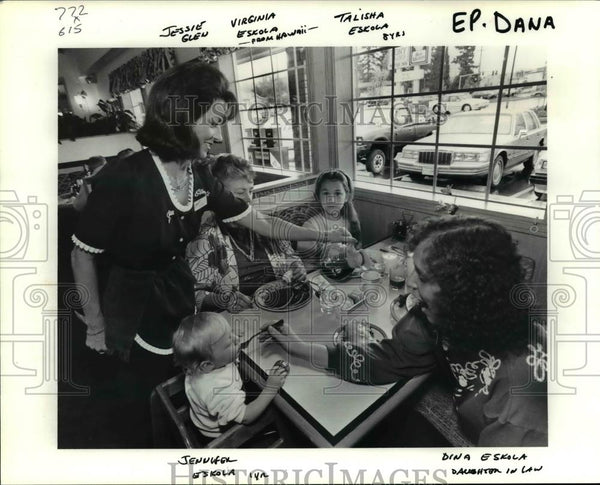 1991 Press Photo Jessie Glen serves a family at Joe and Jerry Danna's restaurant - Historic Images