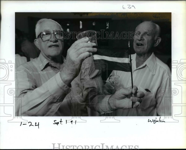 1991 Press Photo Herbert Kiors shares a toast with V Lietuviels - orb19433 - Historic Images