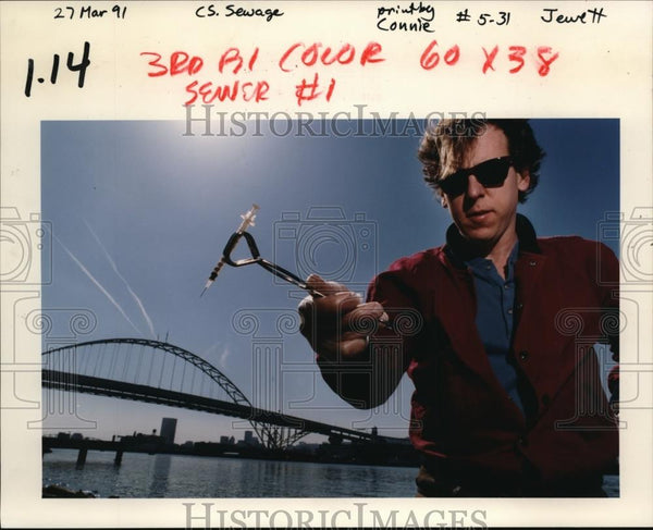 1991 Press Photo Mark Pratt with hypodermic syringe found at Willamette River - Historic Images