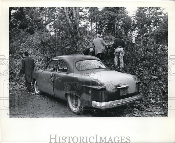 Press Photo Investigators on the scene of a murder - orb24334 - Historic Images