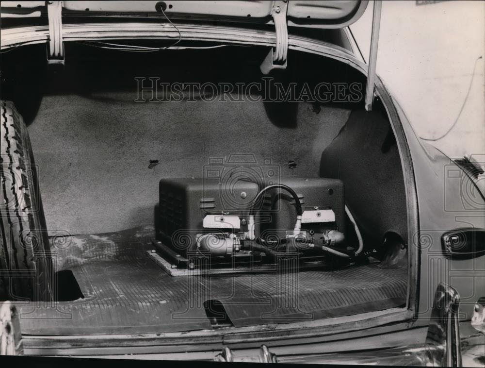 1947 Press Photo Transmitter equipment occupies small space in car's compartment - Historic Images