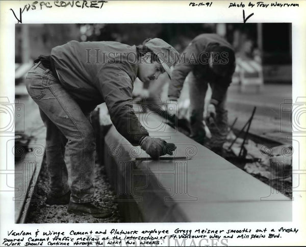 1991 Press Photo Gregg Meisner Smoothes Concrete on Fort Vancouver Way. - Historic Images
