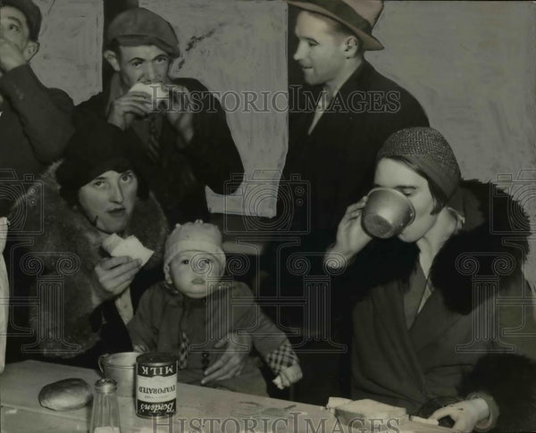 1933 Press Photo Group of people eating at the County Commissioners meeting room - Historic Images