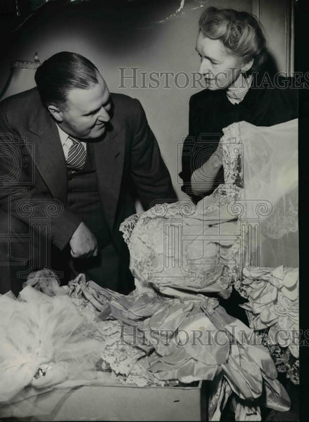 1952 Press Photo W Scott Lee and Dorothy McCullough Lee with her wedding dress - Historic Images