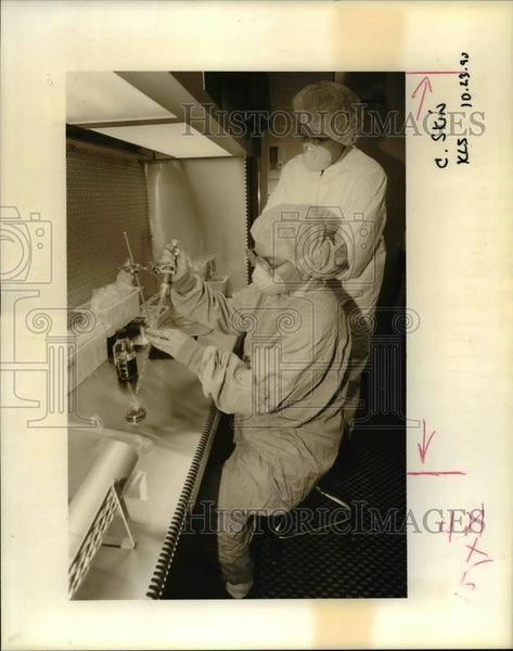 1990 Press Photo Jaclyn Vidgoff & Dr Charles Cuono at Oregon Tissue Bank - Historic Images